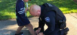 美男童沒鞋穿赤腳玩耍受傷 靦腆警官買鞋幫穿上